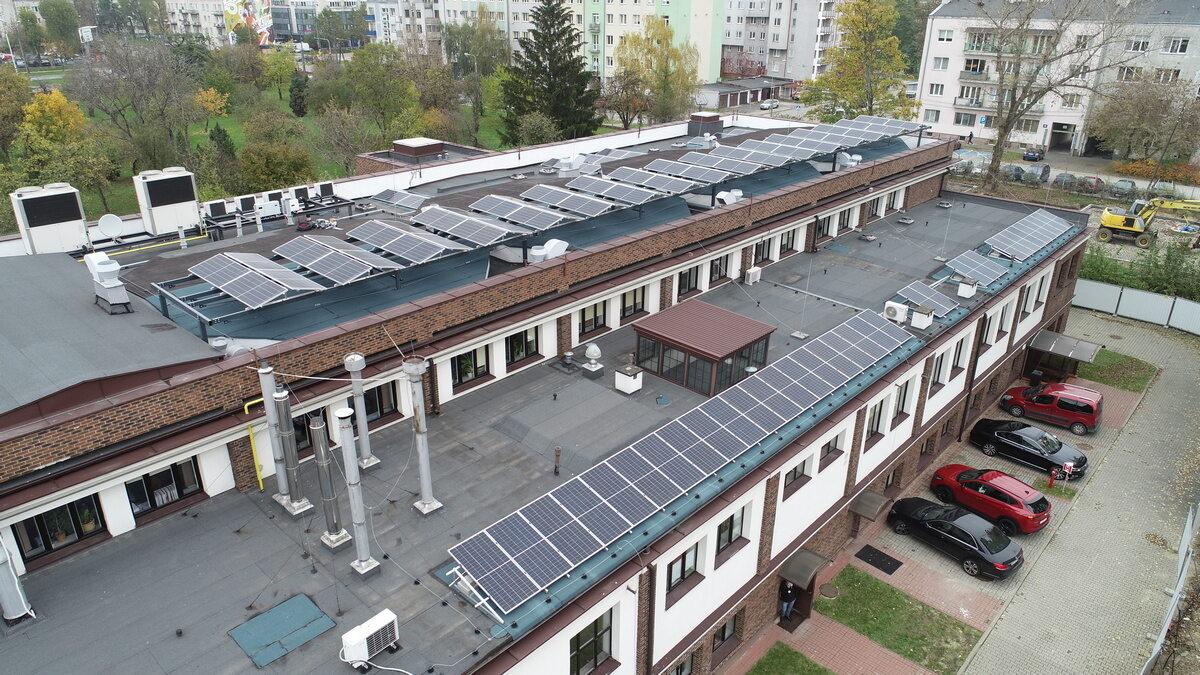 Panele fotowoltaiczne na jednym z budynków w centrali PGNiG w Warszawie