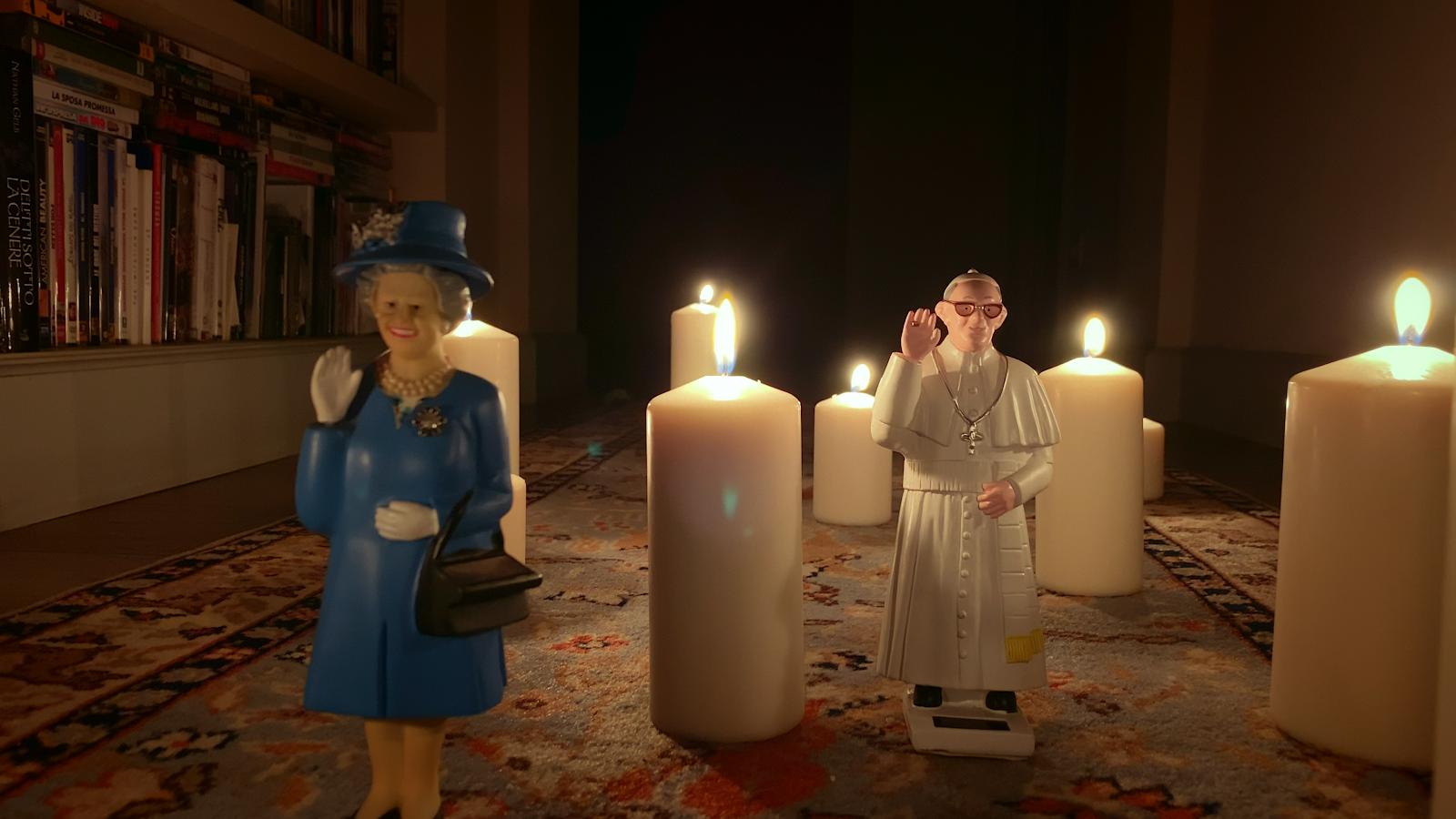 Paolo Sorrentino w swojej etiudzie sięgnął po plastikowe figurki papieża Franciszka i królowej Elżbiety.