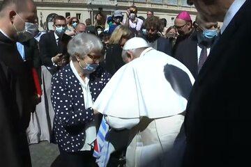 Papież Franciszek całuje ocalałą z Auschwitz w ramię, na którym jest tatuaż obozowy