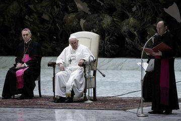 Papież Franciszek podczas konferencji w Watykanie