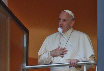 Papież Franciszek w oknie przy Franciszkańskiej