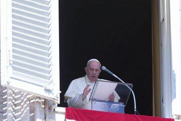 Papież Franciszek w trakcie modlitwy Anioł Pański