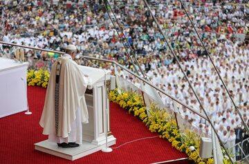 Papież wygłasza homilię z Wałów Jasnogórskich