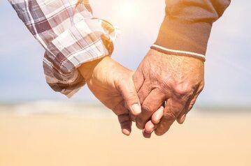 Para starszych osób trzymających się za ręce