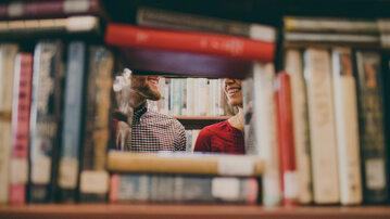 Para w bibliotece, zdjęcie ilustracyjne