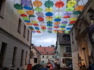 Parasolki nad ulicą Bankową w Pszczynie