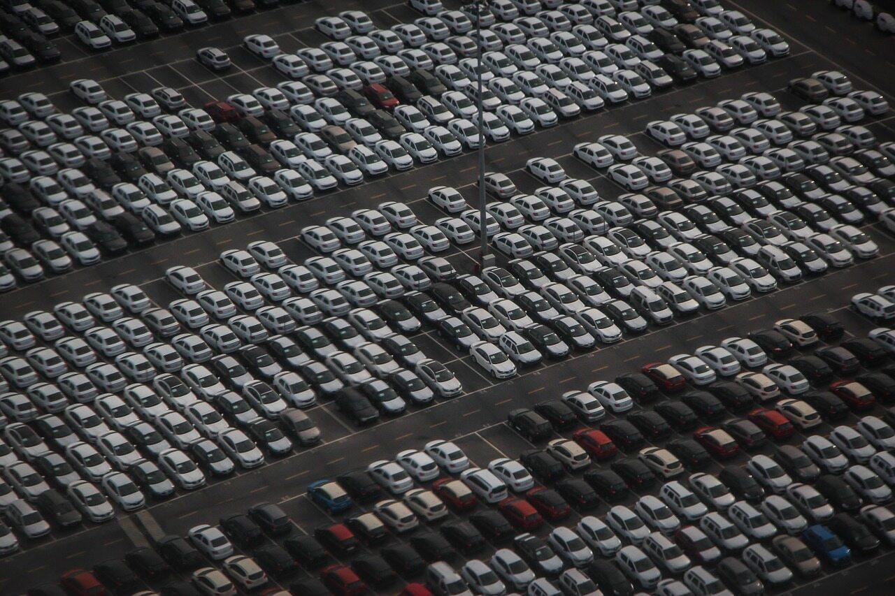 Parking dealera samochodów - zdjęcie ilustracyjne