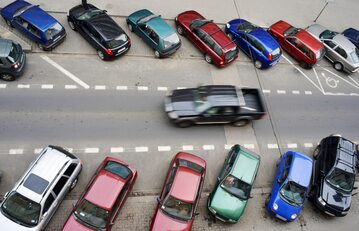 Parking samochodowy, zdjęcie ilustracyjne