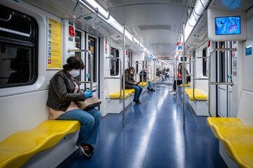 Pasażerowie w maseczkach w metrze w Mediolanie