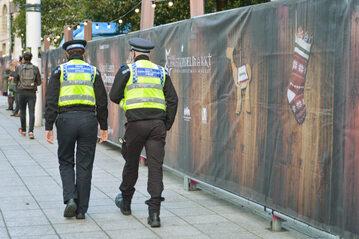 Patrol policyjny przechodzący w pobliżu miejsca strzelaniny