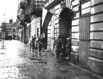 """Patrol por. Stanisława Jankowskiego  """"Agatona"""" z batalionu """"Pięść"""" na pl. Kazimierza Wielkiego. 1 sierpnia 1944 r., godzina """"W"""""""