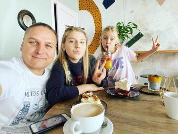 Paweł Golec z córkami