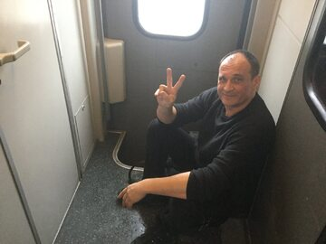 Paweł Kukiz w pociągu