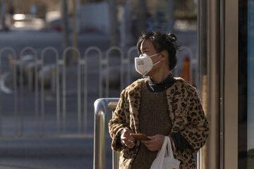 Pekin. Kobieta w masce ochronnej