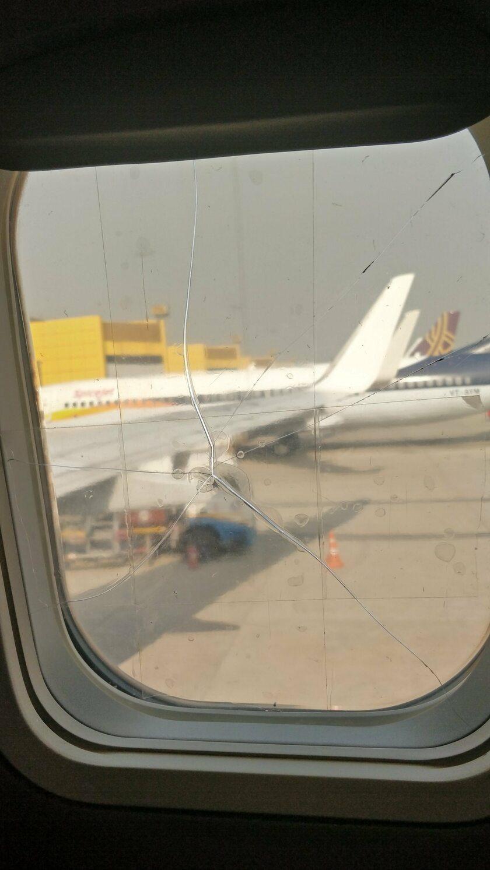 Pęknięta szyba w samolocie