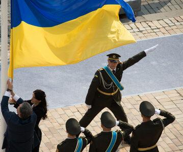 Petro Poroszenko wraz z Mariją Rybak wciąga flagę