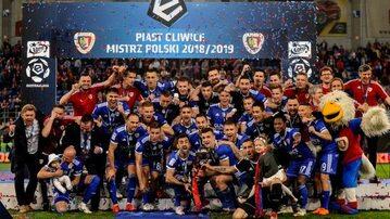Piast Gliwice świętuje zdobycie mistrzostwa Polski w sezonie 2018/2019