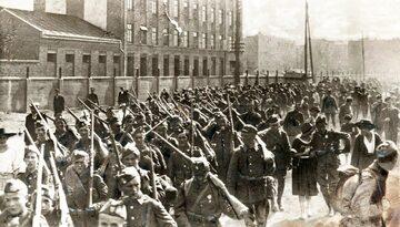 Piechota polska w marszu na front przed bitwą warszawską
