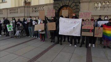 """""""Piekło kobiet"""" i """"Aborcja bez granic"""". Napisy na murach, przepychanki przed kościołami w Warszawie"""