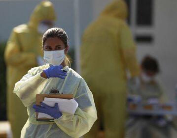 Pielęgniarka pobierająca próbki w Miami