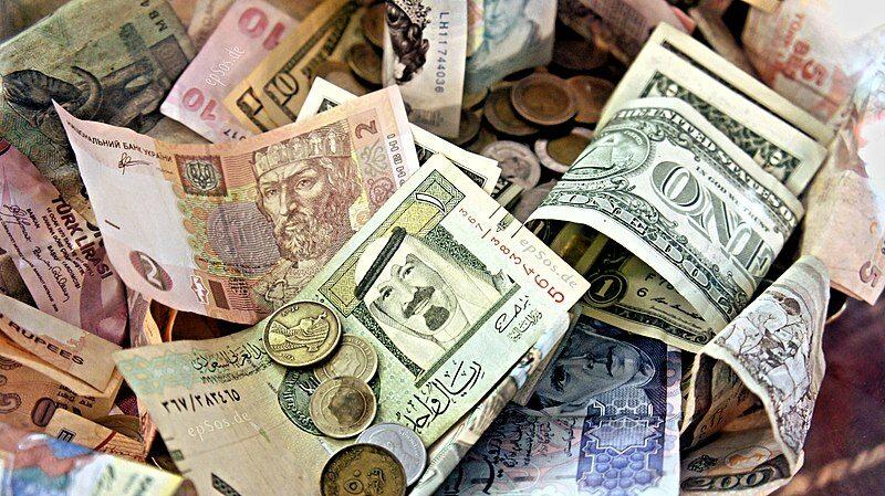 Pieniądze z różnych krajów świata (zdj. ilustracyjne)