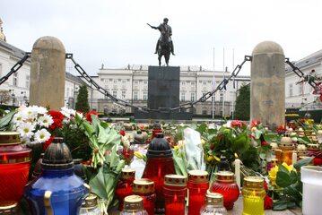 Pierwsze znicze i kwiaty przed Pałacem Prezydenckim, 10 kwietnia 2010 r.