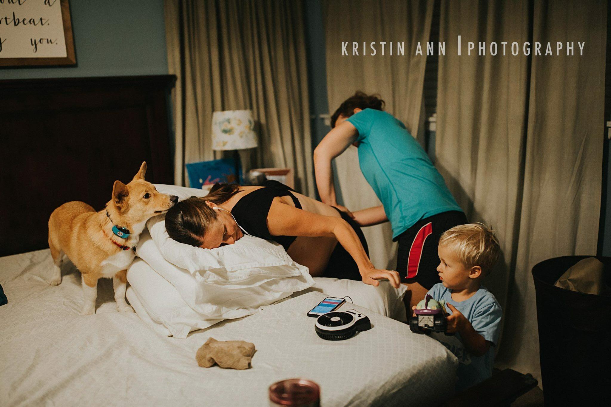 Pies Ranger towarzyszył swojej pani podczas porodu w domu