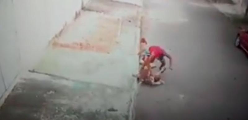 Pies zaatakował dziecko. Mężczyzna, które je uratował został okrzyknięty bohaterem