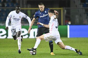Piłkarze Atalanty Bergamo i Realu Madryt