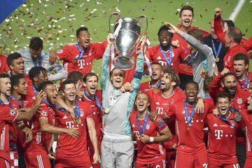 Piłkarze Bayernu z pucharem Ligi Mistrzów