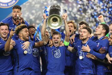 Piłkarze Chelsea z pucharem Ligi Mistrzów