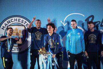 Piłkarze Manchesteru City świętujący mistrzostwo Anglii