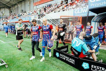 Piłkarze Piasta Gliwice wychodzą na mecz na swoim stadionie