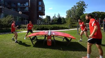 Piłkarze reprezentacji grający w teqball