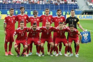 Piłkarze reprezentacji Rosji w starych koszulkach