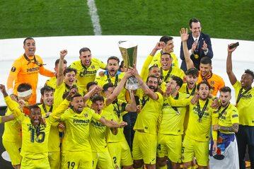 Piłkarze Villarreal z pucharem Ligi Europy
