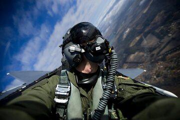 Pilot w kokpicie myśliwca