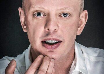 Piotr Krysiak jest dziennikarzem śledczym i reportażystą