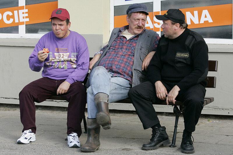 """Piotr Pręgowski (Pietrek), Sylwester Maciejewski (Solejuk) i Bogdan Kalus (Hadziuk) w serialu """"Ranczo"""""""