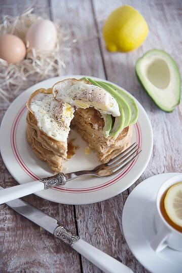 Placki gryczano-razowe z awokado i jajkiem