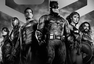 """Plakat czarno-białej wersji filmu """"Liga Sprawiedliwości Zacka Snydera"""""""