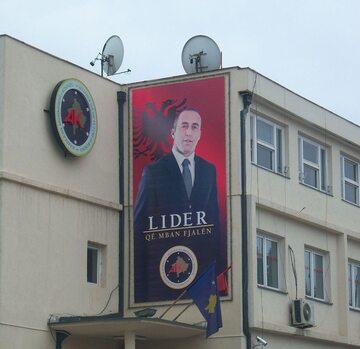 Plakat Haradinaja w Prisztinie, stolicy Kosowa