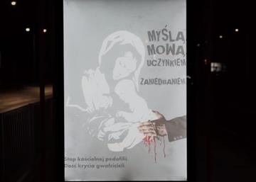 Plakat na przystanku w Warszawie