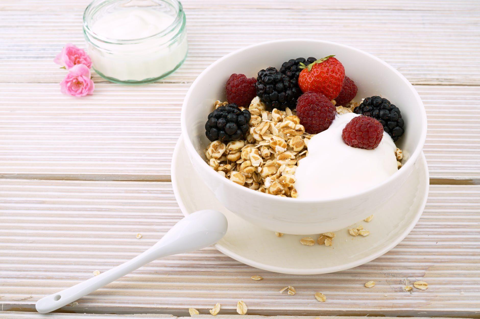 Płatki owsiane z jogurtem i owocami