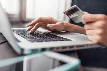 Płatność za zakupy w internecie (zdj. ilustracyjne)