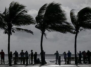 Plażowicze na Florydzie obserwują fale wywołane huraganem Dorian