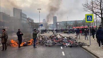 Płonąca barykada z rowerów podczas antylockdownowego w Holandii