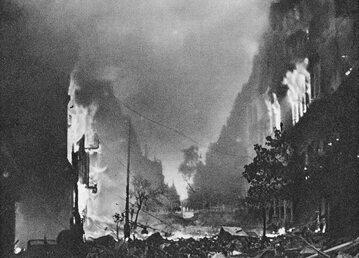 Płonące domy przy ul. Marszałkowskiej w Warszawie