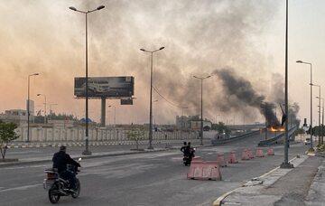 Płonące opony, podpalane przez protestujących Irakijczyków