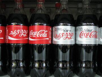 Po lewej: tradycyjna Coca-Cola. Po prawej: Cola Light